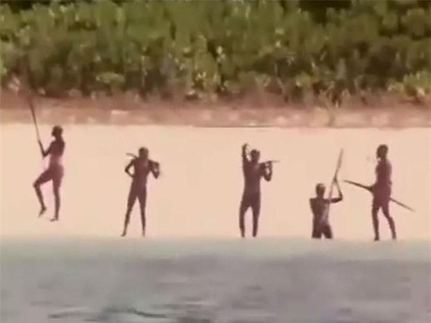 Bí ẩn bộ lạc không thèm giao tiếp với thế giới hơn 60.000 năm, cứ thấy người lạ tới gần là vác cung ra bắn chết - Ảnh 8.