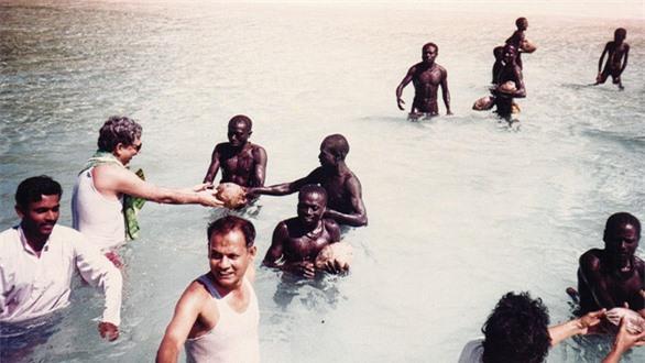 Bí ẩn bộ lạc không thèm giao tiếp với thế giới hơn 60.000 năm, cứ thấy người lạ tới gần là vác cung ra bắn chết - Ảnh 9.