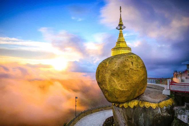 Kyaikhtiyo, ngôi chùa cổ tọa lạc ở bang Mon, Myanmar, được xây dựng trên rìa tảng đá dát vàng hình quả trứng khổng lồ ở độ cao 1.100 m so với mặt biển. Người ta tin rằng, nhờ có sợi tóc của đức Phật, hòn đá này nằm yên trên vị trí cheo leo suốt hàng nghìn năm. Ảnh: Getty Images.