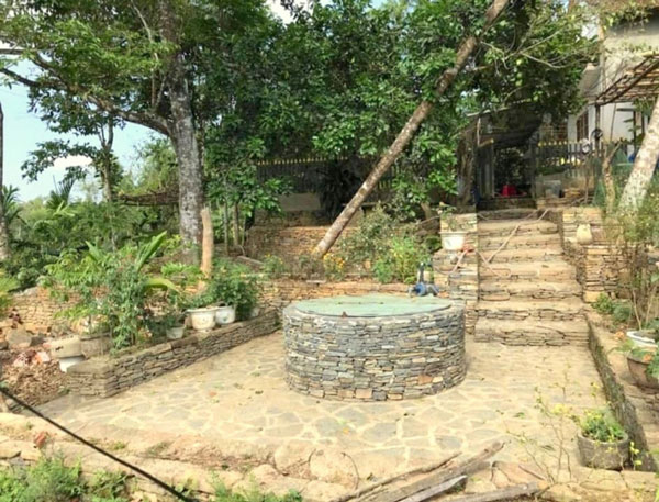 Bình yên ở làng cổ nơi miền sơn cước Quảng Nam Giếng cổ tại làng Lộc Yên được xây dựng bằng đá có tuổi đời gần 200 năm.