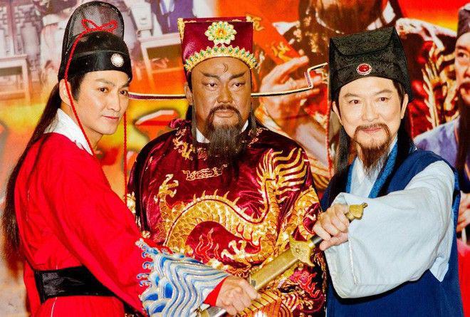 Theo Tống sử, năm 1027, Bao Chửng thi đỗ tiến sĩ, được cử đến nhậm chức Tri huyện Kiến Xương (nay thuộc tỉnh Giang Tây). Vì song thân già yếu, ông không thể làm quan xa nên xin khoan nhận việc, để ở nhà chăm sóc cho cha mẹ. Sau khi cha mẹ qua đời, ông nhậm chức Tri huyện Thiên Trường (nay thuộc tỉnh An Huy), sau đó là Tri châu Đoan Châu. Nghe tiếng Bao Công tận tụy và thanh liêm, nhà vua cho triệu ông về kinh giao cho chức Trung thừa, rồi lần lượt thăng các chức Giám sát ngự sử, Trực học sĩ Long đồ các, Tam tư Hộ bộ Phó sử, đến Thiên Chương các Đãi chế (người đời sau còn gọi ông là Bao Đãi chế).