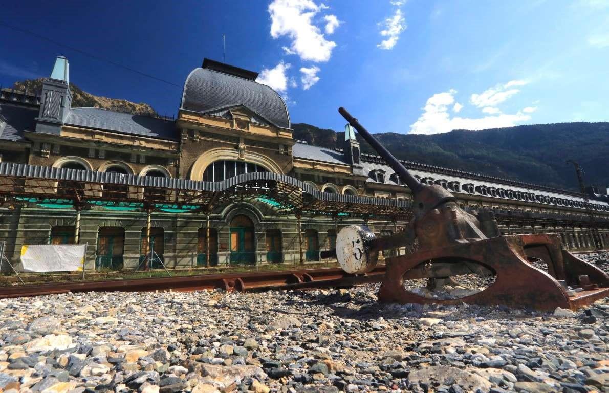 Ga xe lửa quốc tế Canfranc, Tây Ban Nha: Nhà ga có từ 1928 nằm ở phía đông bắc Tây Ban Nha, gần biên giới Pháp. Đây từng là ga xe lửa lớn thứ hai ở châu Âu, nhưng đã đóng cửa vào năm 1970 sau khi một đoàn tàu trật bánh. Ngày nay, tàn tích của nhà ga mục nát đã trở thành điểm du lịch nổi tiếng, được chính quyền địa phương khôi phục lại dưới dạng một khách sạn sang trọng.