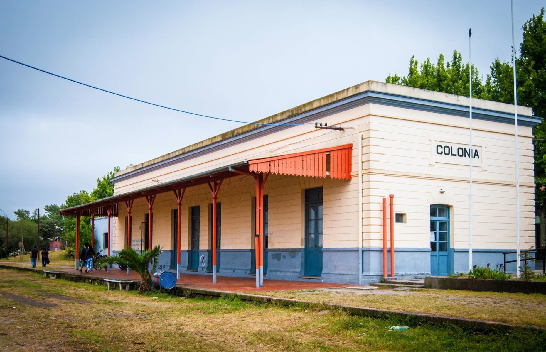 Ga xe lửa Colonia del Sacramento, Uruguay: Colonia del Sacramento là thành phố cổ nằm ở phía tây nam Uruguay, nơi được UNESCO công nhận là Di sản Thế giới. Trong số các tòa nhà cổ kính của thành phố có một ga xe lửa bỏ hoang với tường bên ngoài phai màu cùng những đường ray cỏ mọc um tùm. Nhìn từ xa, nhà ga vẫn giữ được nét tươi mới như thời còn hoạt động.