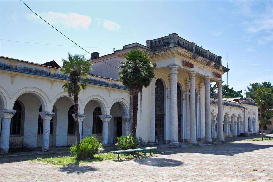 Nhà ga Gudauta, Abkhazia: Ga được thành lập từ thời Liên Xô và bị bỏ hoang từ những năm 1990. Bất chấp sân ga và đường ray cỏ mọc um tùm, nhà ga này vẫn giữ được chút vẻ hùng vĩ trước đây, bao gồm cổng vòm chạm khắc tinh xảo. Người dân địa phương đang nỗ lực tu sửa để đưa nhà ga này hoạt động trở lại.