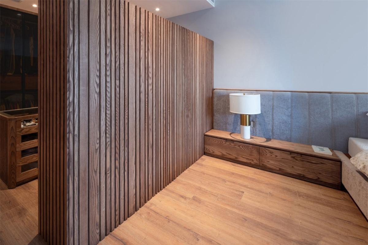 Chất liệu gỗ gần như để mộc, lộ vân đem lại cảm giác ấm áp, gần gũi.
