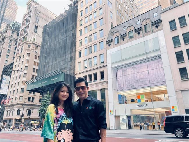 """Trần Bảo Sơn đưa con gái cưng đi chơi New York, ái nữ 13 tuổi được khen một câu mà ông bố  """"tít cả mắt"""" - Ảnh 1."""