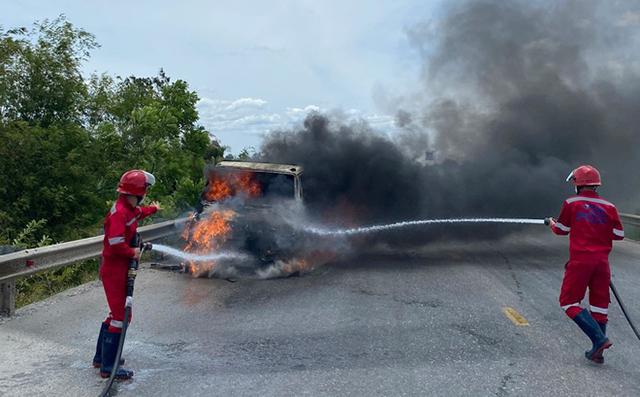 Chiếc xe tải bốc cháy dữ dội gần cây xăng