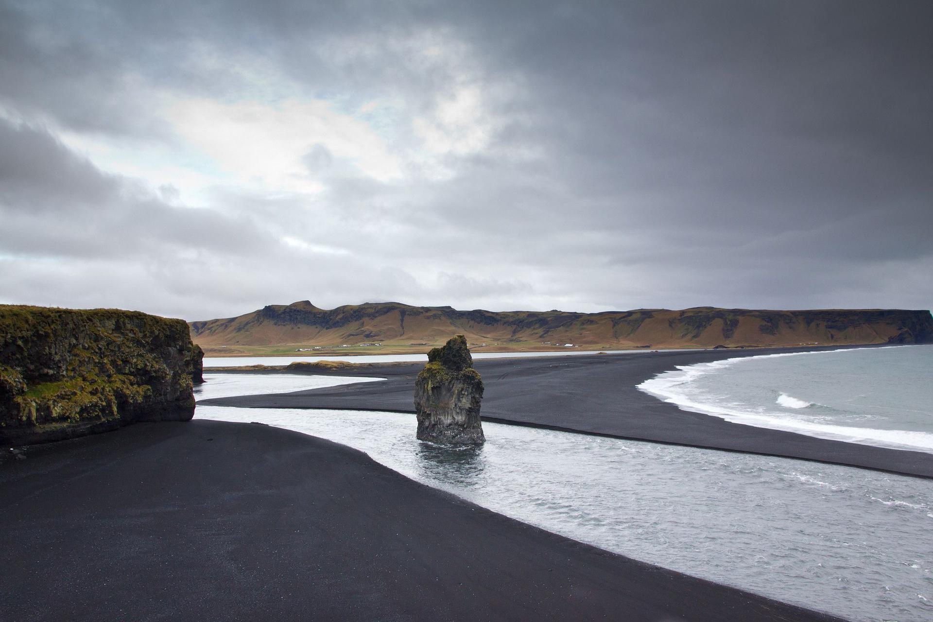 Bãi biển cát đen (Iceland): Dù không phải bãi biển cát đen núi lửa duy nhất ở Iceland, Reynisfjara lại đặc biệt nhờ được quanh bởi cao nguyên hùng vĩ, các vách đá dựng đứng và vòm đá bazan huyền bí. Biển nằm ở miền Nam Iceland, cách thủ đô Reykjavik 177 km là một trong những địa điểm quay bộ phim Game of Thrones. Do đặc tính dữ dội của những con sóng, nơi đây không thích hợp để bơi lội. Bạn có thể thử trèo lên các cột đá bazan chụp ảnh và ngắm cảnh. Ảnh: Pinterest.