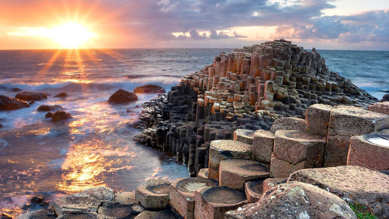 Bãi biển với 40.000 cột đá bazan (Ireland): Sở hữu hình dạng độc đáo gắn liền với truyền thuyết người khổng lồ, Giant's Causeway được ví như báu vật của người Ireland. Một vụ phun trào núi lửa khoảng 50-60 triệu năm trước đã hình thành bãi biển với những cột đá núi lửa hình trụ giống đá lát đường. Ảnh: Independent.
