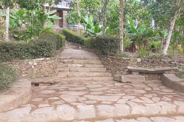 Đường làng, lối vào nhà đều được làm bằng đá.
