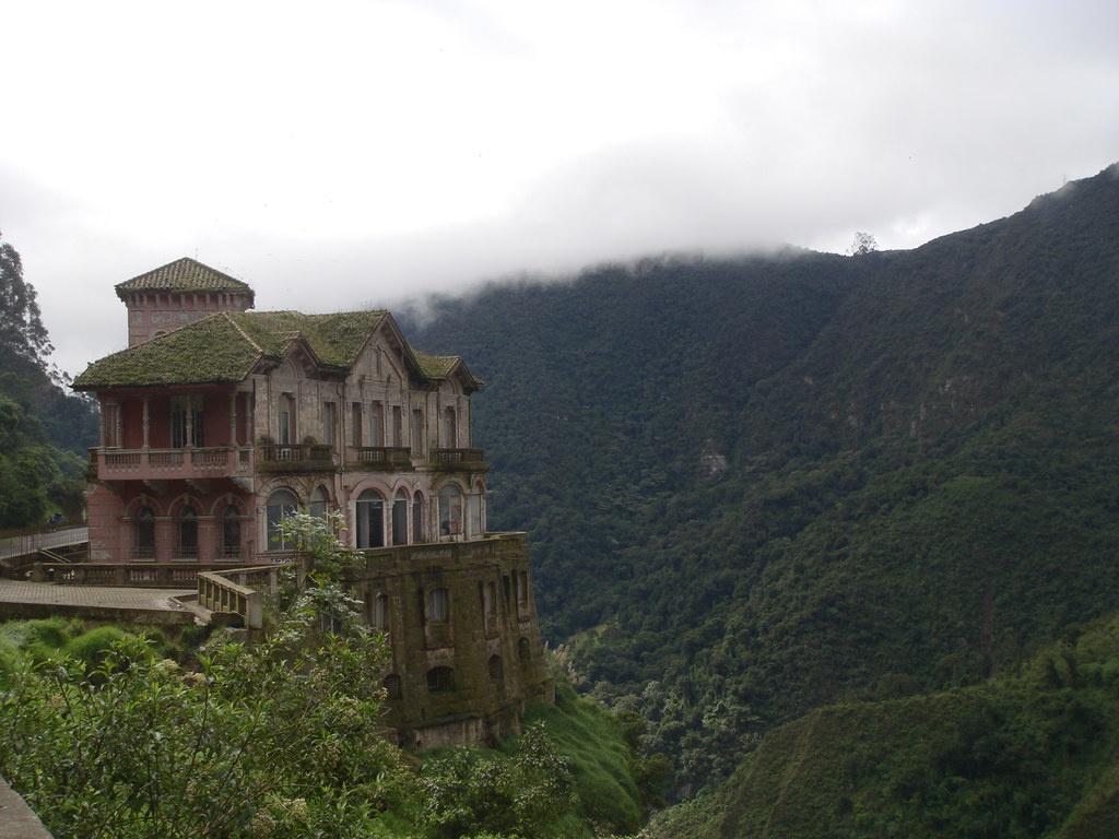 Khách sạn Salto (Colombia) độc đáo nhờ vị trí nằm trên vách đá, đối diện thác nước Tequendama. Điểm lưu trú xây dựng năm 1923 để phục vụ du khách đến ngắm thác nước cao 157 m. Khi sông Bogota bị ô nhiễm, số người ghé đây giảm dần buộc khách sạn phải đóng cửa vào năm 1990. Ngày nay, khách sạn này đã được trùng tu và chuyển đổi thành bảo tàng Thác Tequendama. Ảnh: Flickr.