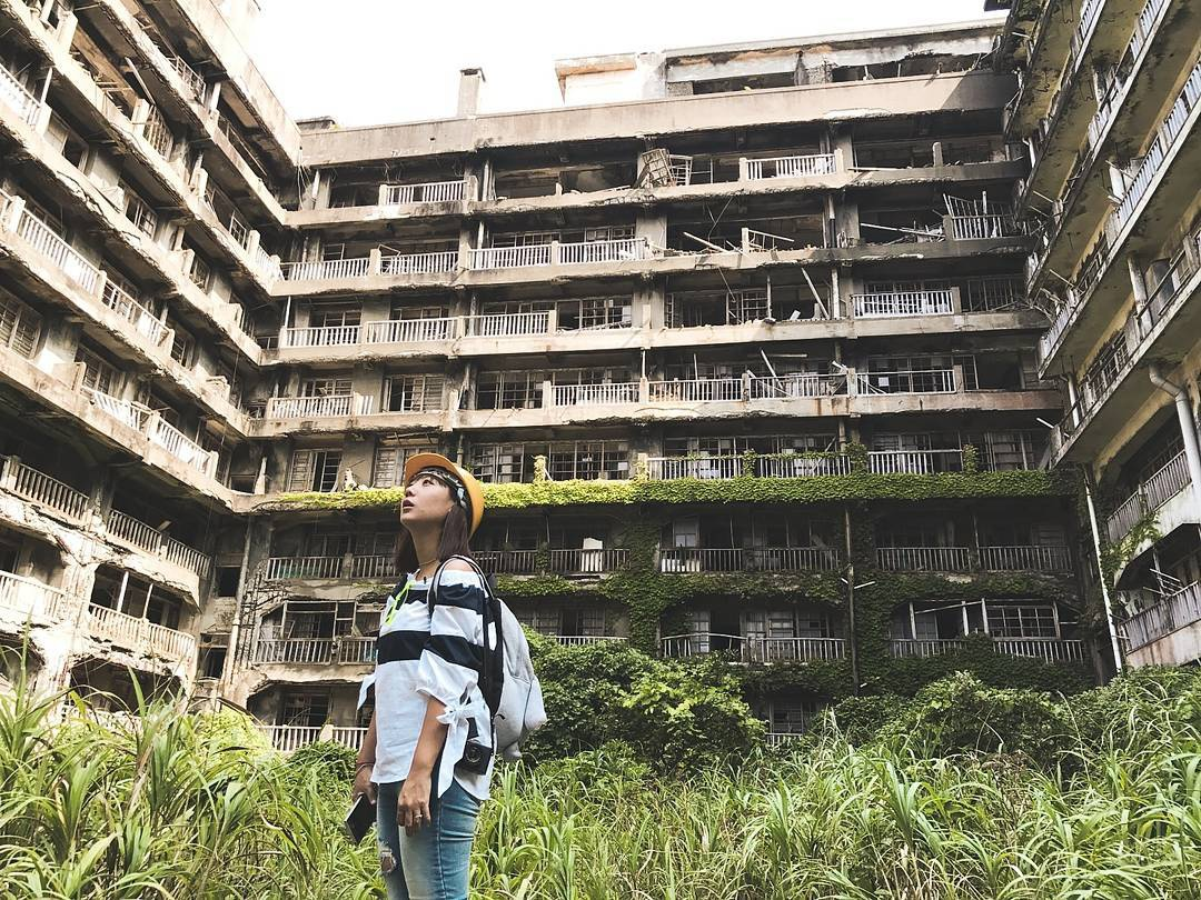 Nằm cách Nagasaki 15 km, Hashima (Nhật Bản) mang danh là đảo ma vì không người sống, chỉ có sự tồn tại của những tòa bê tông vỡ nát, cây cỏ um tùm. Hashima từng là mỏ khai thác than sầm uất hoạt động từ cuối thế kỷ 19 và đóng cửa vào năm 1974. Hòn đảo này được coi là biểu tượng cho quá trình công nghiệp hóa của xứ sở hoa anh đào. Hashima mang ký ức đau buồn ngày nào giờ là phim trường và điểm tham quan của du khách. Ảnh: Khunnotto.