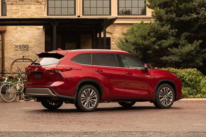 10. Toyota Highlander Hybrid 2021 (Điểm tổng thể: 8/10, giá khởi điểm: 38.410 USD).