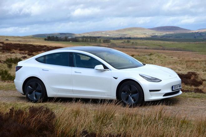 4. Tesla Model 3 Long Range (phạm vi hoạt động/lần sạc: 568 km).