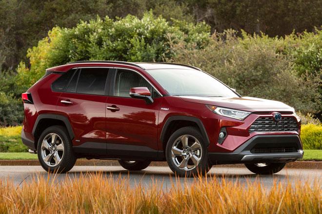 9. Toyota RAV4 Hybrid 2021 (Điểm tổng thể: 8/10, giá khởi điểm: 28,500 USD).