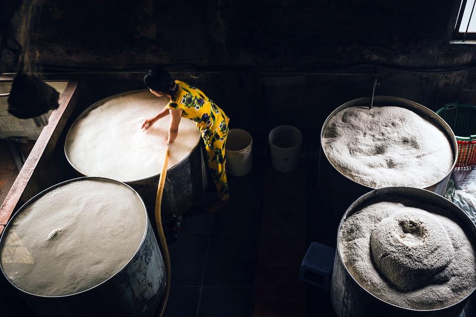 Xóm bột đầu tiên ra đời ở Sa Đéc nằm tại xã Tân Phú Đông, về sau lan ra các xã Tân Quy Đông, Tân Khánh Đông, Tân Quy Tây, phường 2,… trong thời điểm cực thịnh. Có những gia đình đã trải qua 3-4 đời làm nghề bột. Ngày nay, tuy đã qua thời kỳ hưng thịnh, nghề làm bột vẫn tạo ra công ăn việc làm cho trên 2.000 lao động và sản xuất ra trên 30.000 tấn bột/năm, trở thành một trong những thứ đặc sản không thể không nhắc đến khi nói về Sa Đéc. Ảnh: Liêu Lãm.