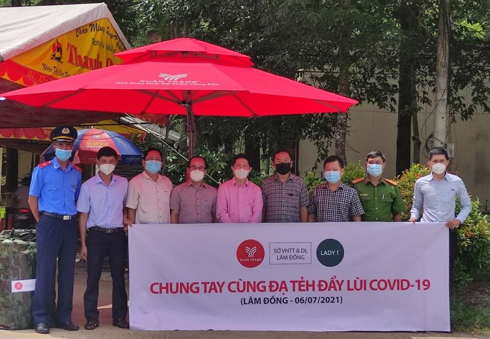 Ông Phạm Minh Đăng - Tổng Giám đốc Lady 1 Việt Nam (ở giữa) và lãnh đạo Sở Văn hoá – Thể thao và Du lịch tỉnh Lâm Đồng trao tặng trang thiết bị hỗ trợ công tác phòng chống dịch Covid-19 cho lãnh đạo huyện Đạ Tẻh.