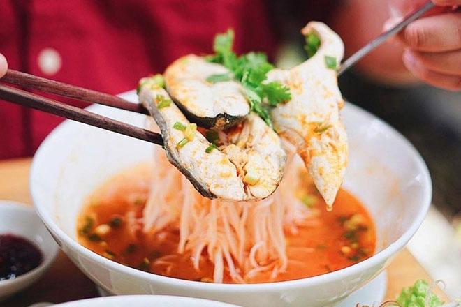 Bún cá cam vốn là đặc sản của thành phố biển Đà Nẵng. Nước dùng món ăn đậm đà và ngọt thanh. Sợi bún mềm kết hợp cùng cà chua và thịt cá cam thơm ngon ăn khá quyện vị. Thực khách có thể thưởng thức bún cùng nước chấm để cảm nhận trọn vẹn vị đậm đà đặc trưng của ẩm thực miền Trung. Ảnh: Foodholicvn.