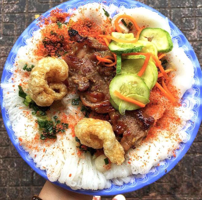 Bánh bèo, bánh hỏi nằm trong danh sách các món ăn vặt không thể bỏ lỡ của giới trẻ khi tới thành phố biển Nha Trang. Phần bột bánh mềm hòa quyện cùng nước mắm, vị giòn của da heo, thơm của chả lụa, thịt nướng khiến 2 món bánh dân dã này càng thêm sức hút. Ảnh: Citastyfood.