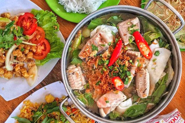 Lẩu cá đuối là món ngon thực khách không thể bỏ lỡ khi đến Vũng Tàu. Nước lẩu chua chua, ngọt ngọt ăn cùng bún tươi, rau mầm, bạc hà, bắp chuối… sẽ khiến bạn phải xuýt xoa ngay lần đầu thưởng thức. Ảnh: Damanfood.