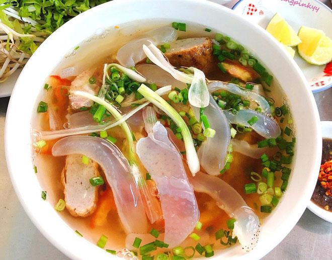 Bún sứa là hương vị thỏa mãn vị giác của giới sành ăn tại Nha Trang. Điểm nhấn là phần nước dùng trong vắt, ngọt thanh được ninh từ cá. Sự kết hợp giữa sợi bún tươi, thịt sứa giòn sựt, chả cá luộc, ớt, hành và rau thơm sẽ mang đến cảm nhận khác lạ, thú vị cho thực khách. Ảnh: Trangpinkyy.