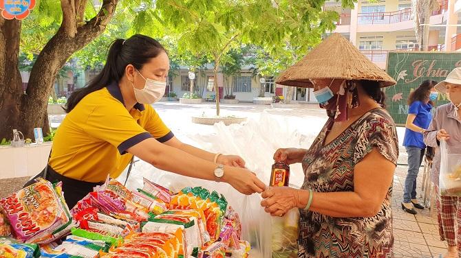 Những phiên chợ 0 đồng đầy nghĩa tình giúp đỡ cho bà con nghèo - Ảnh: Kim Cương