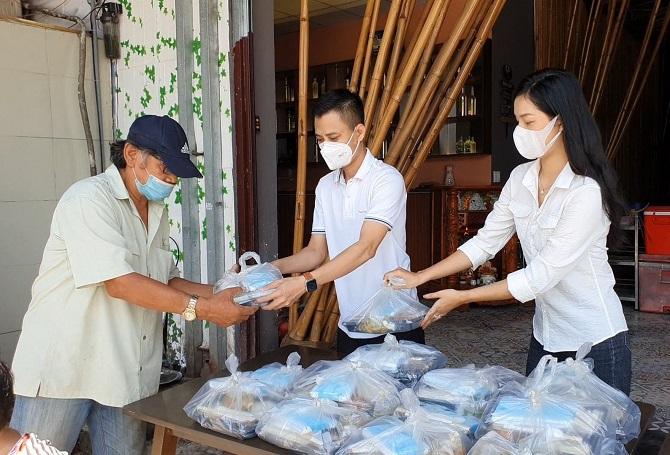 Quán cơm 0 đồng được mở ra giúp đỡ khó khăn trước mắt cho bà con nghèo -Ảnh:Kim Cương