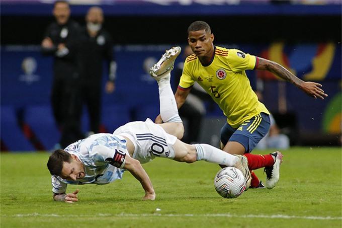 Messi đã phải đổ máu trước sự chăm sóc quá kỹ của cầu thủ Colombia
