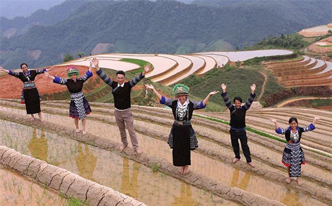 Ruộng bậc thang mới nổi ở Yên Bái thu hút giới trẻ