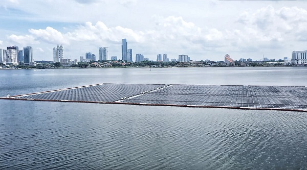 Các trang trại điện mặt trời nổi ngoài khơi lớn nhất thế giới ở Singapore.