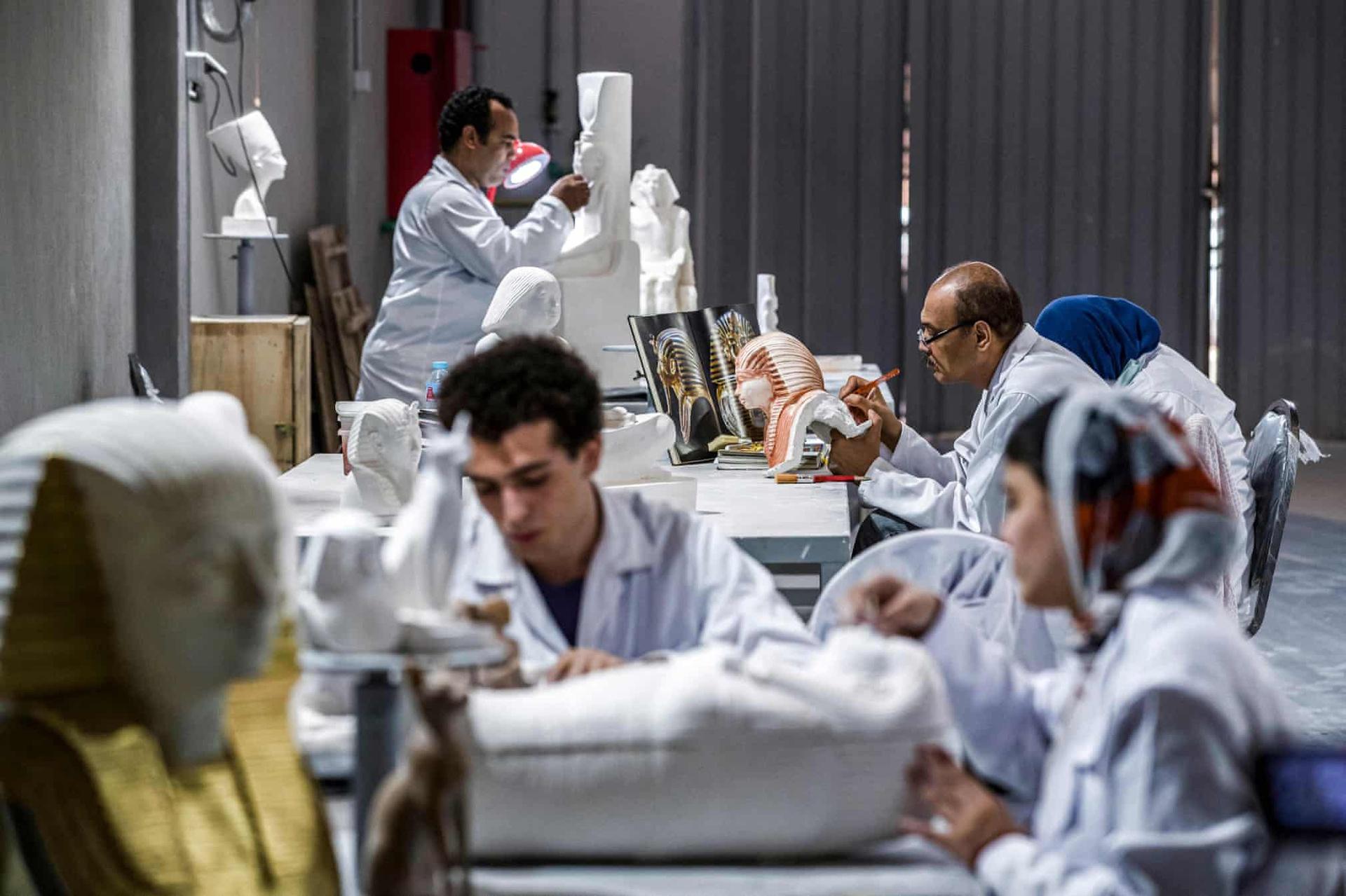 Thị trường đồ lưu niệm của Ai Cập nhiều năm bị áp đảo bởi hàng nhập khẩu giá rẻ của Trung Quốc. Chính phủ quốc gia này đang tìm cách đáp ứng nhu cầu của khách du lịch về các sản phẩm chất lượng tốt.