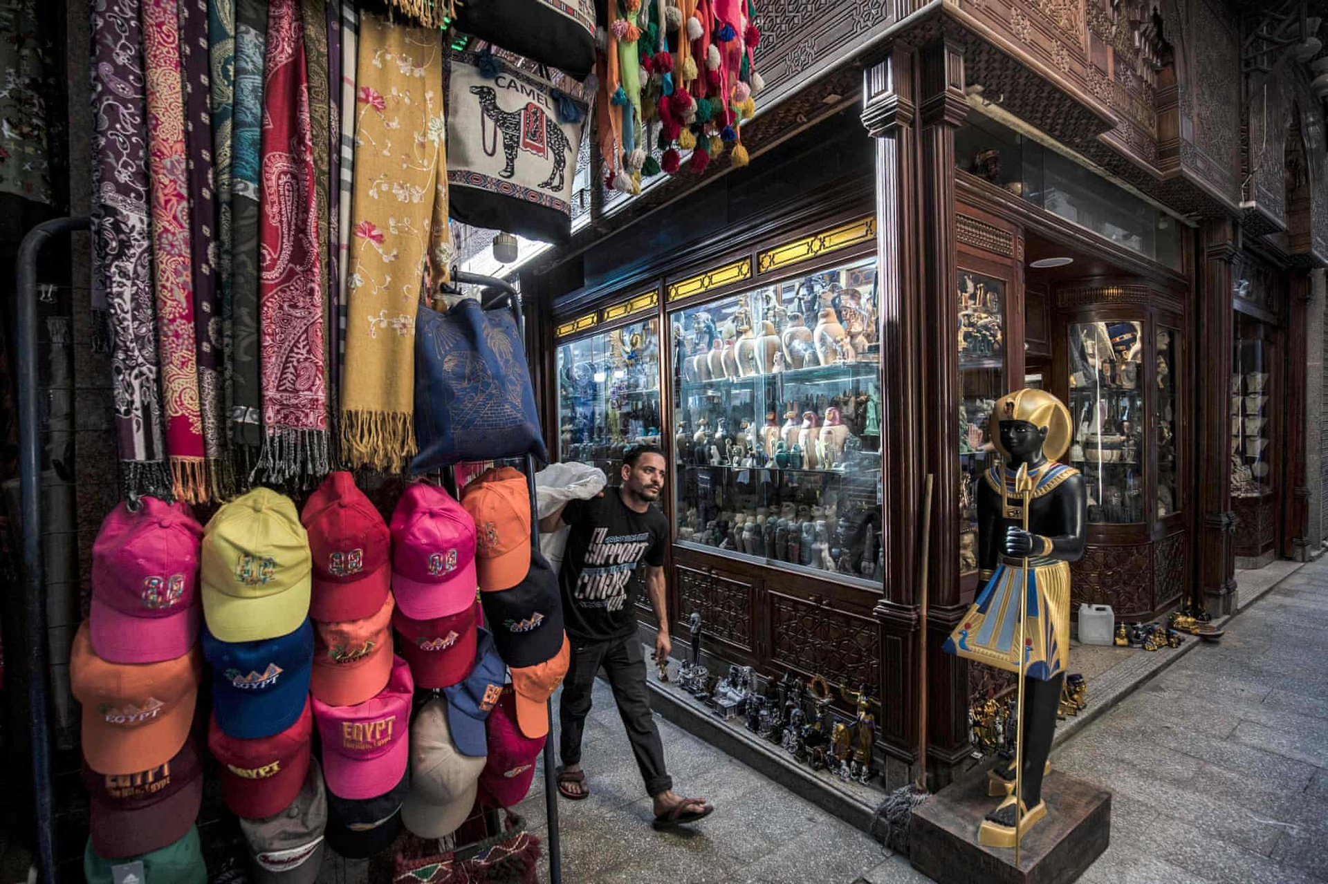 Trong ảnh là khu vực chợ bán đồ lưu niệm Khan el-Khalili ở Cairo. Chợ bày bán đa dạng vật phẩm như các bức tượng Ai Cập cổ đại, tượng nhỏ và những chiếc lọ, hàng thủ công truyền thống khác... Sau khi các chuyến bay bị hủy và hoạt động di chuyển gặp hạn chế trên khắp thế giới, hàng trăm chủ doanh nghiệp nhỏ và nghệ nhân buộc phải đóng băng hoạt động kinh doanh của họ.