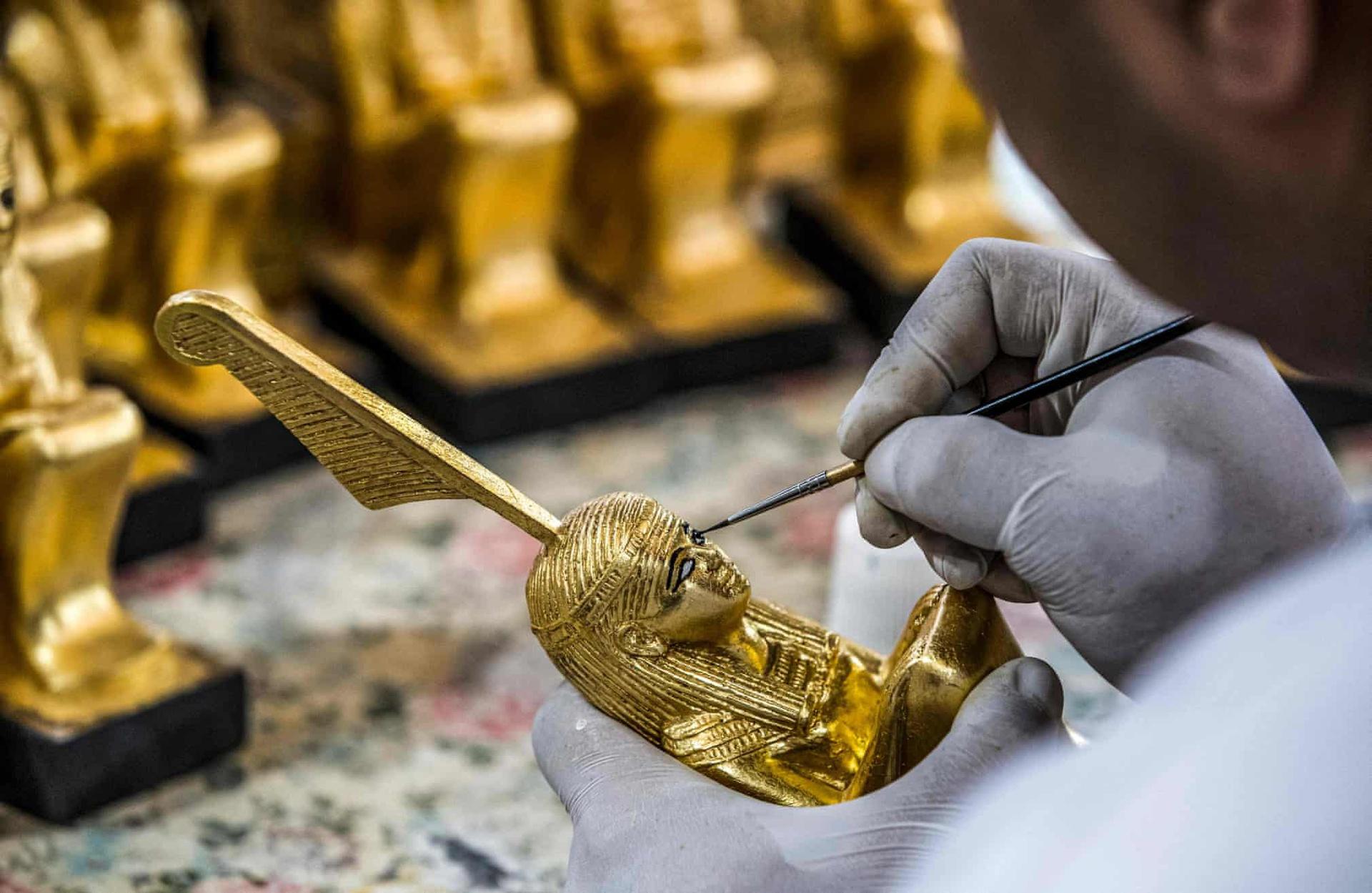 Nhà máy Konouz sản xuất đồ nội thất, tượng và tranh vẽ về 4 thời kỳ chính của di sản Ai Cập: Pharaonic, Greco - Roman, Coptic và Hồi giáo. Các bản sao, theo tỷ lệ 1:1 hoặc thu nhỏ, được lưu hành kèm theo chứng chỉ xác thực chính thức do chính phủ cấp.