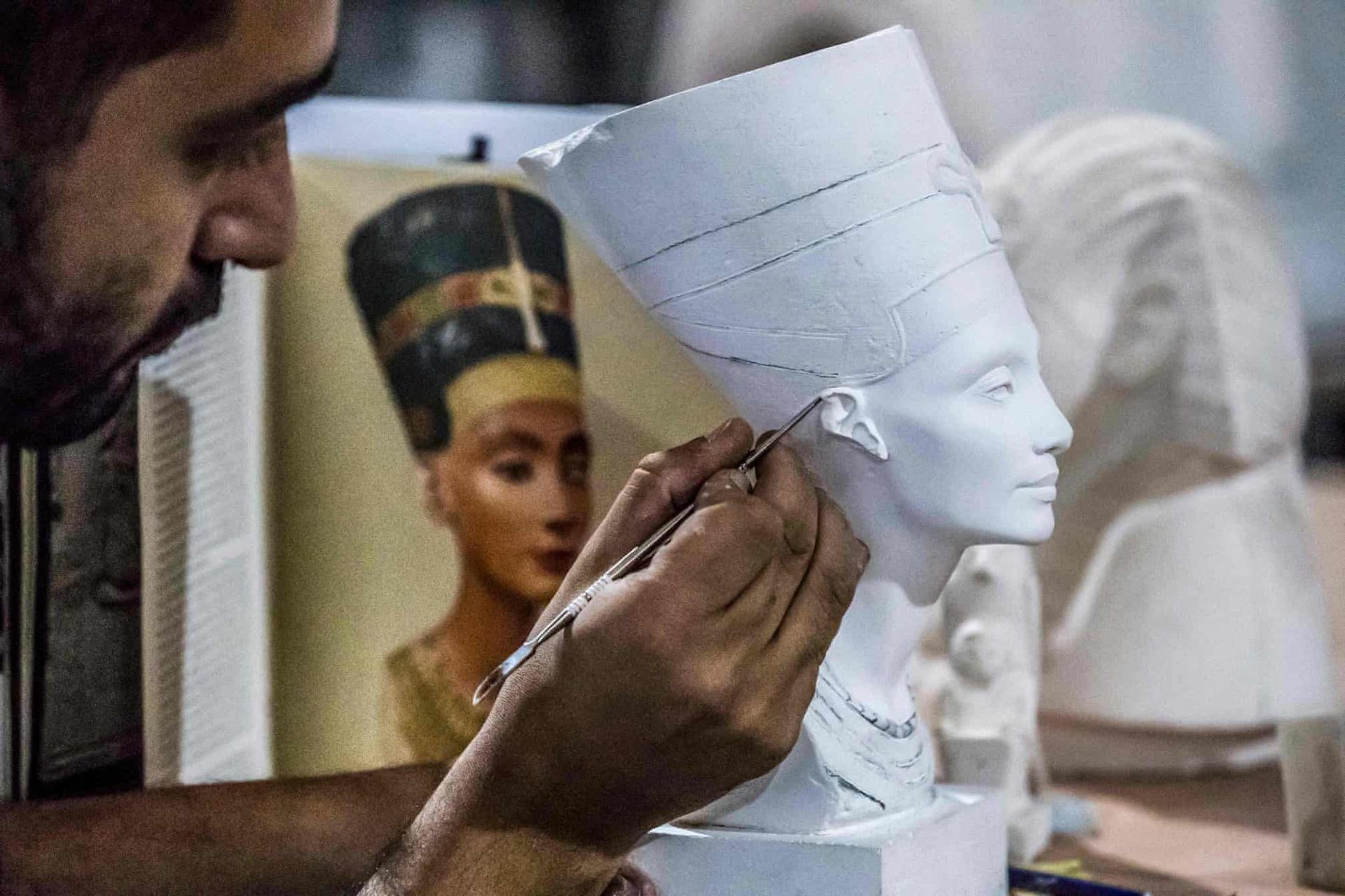 Kỹ thuật viên chế tác bản sao tượng bán thân của Nữ hoàng Nefertiti.