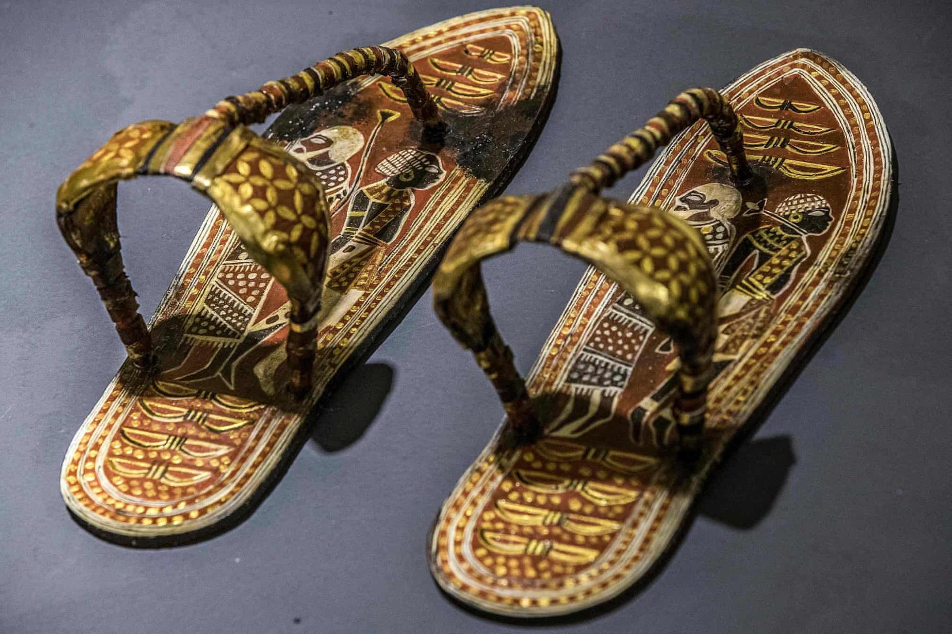 Bản sao của đôi dép được tìm thấy tại lăng mộ Tutankhamun, được chế tạo tại nhà máy Konouz.