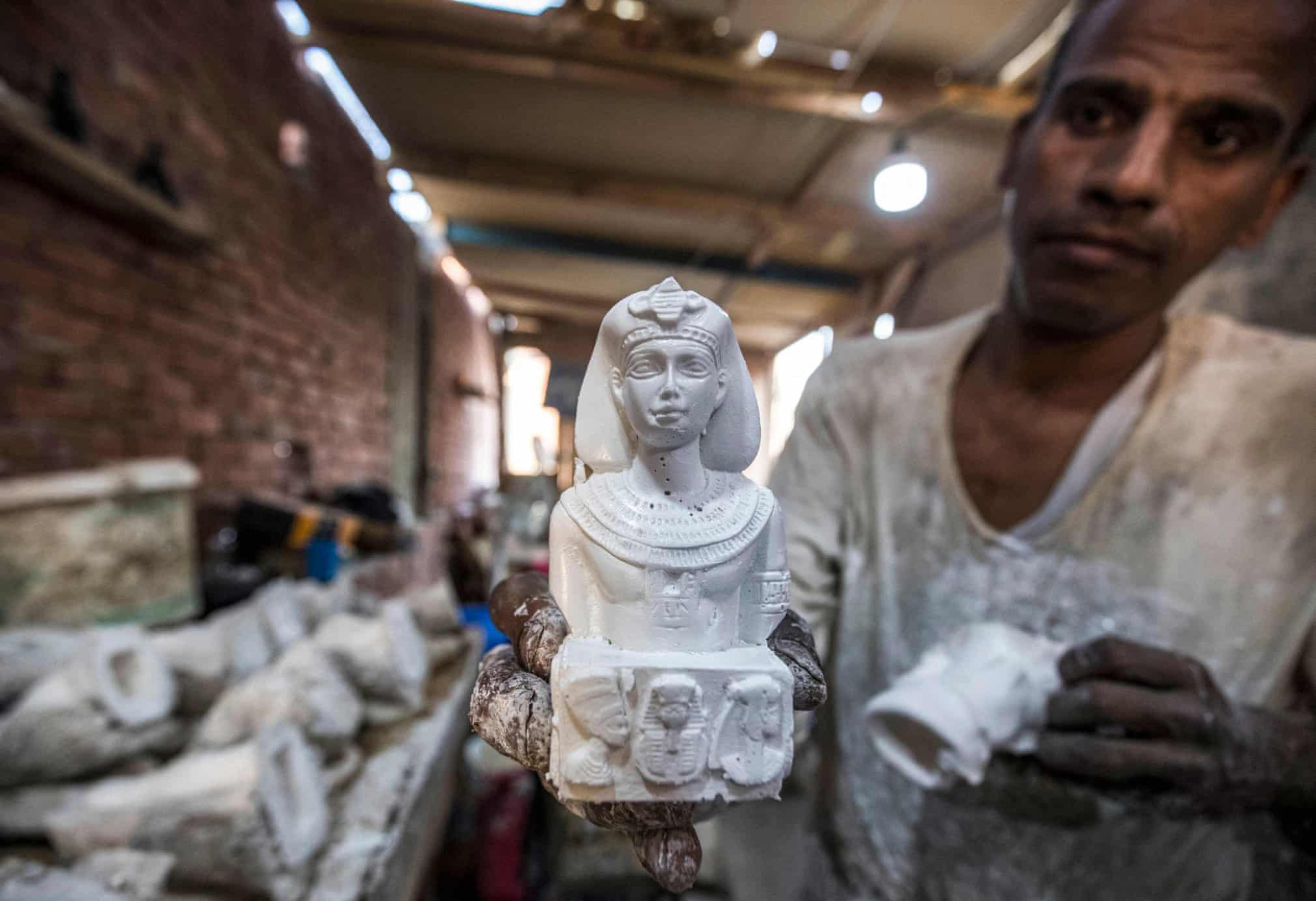 """Vào năm 2015, Bộ Công nghiệp Ai Cập cấm """"nhập khẩu hàng hóa và sản phẩm có tính chất nghệ thuật phổ biến"""", bao gồm cả các mô hình cổ vật nước này, như một biện pháp để bảo vệ ngành thủ công nội địa trước sự cạnh tranh về giá của các sản phẩm nước ngoài."""