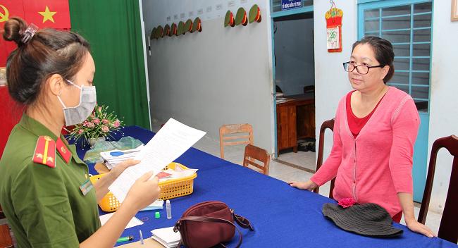Đối tượng Nguyễn Thị Kim Hạnh nghe đọc lệnh bắt giam.