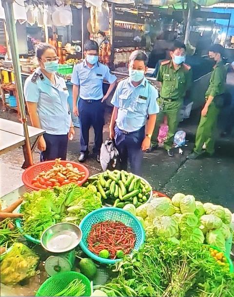 Lực lượng QLTT Kiểm tra các chợ để bình ổn các mặt hàng thiết yếu