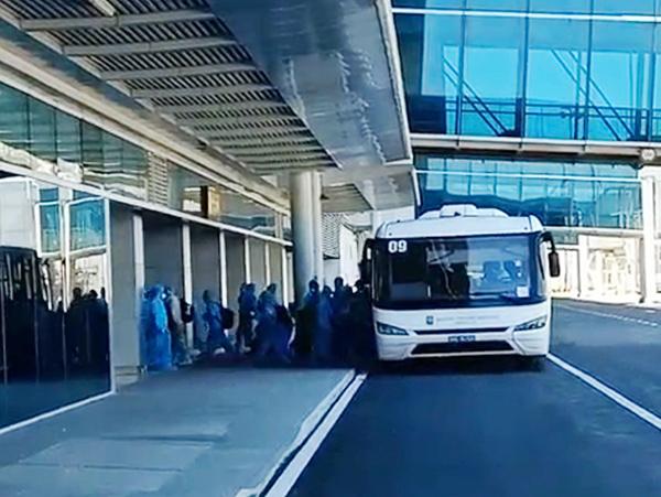Hành khách từ vùng dịch hạ cánh xuống sân bay Đà Nẵng