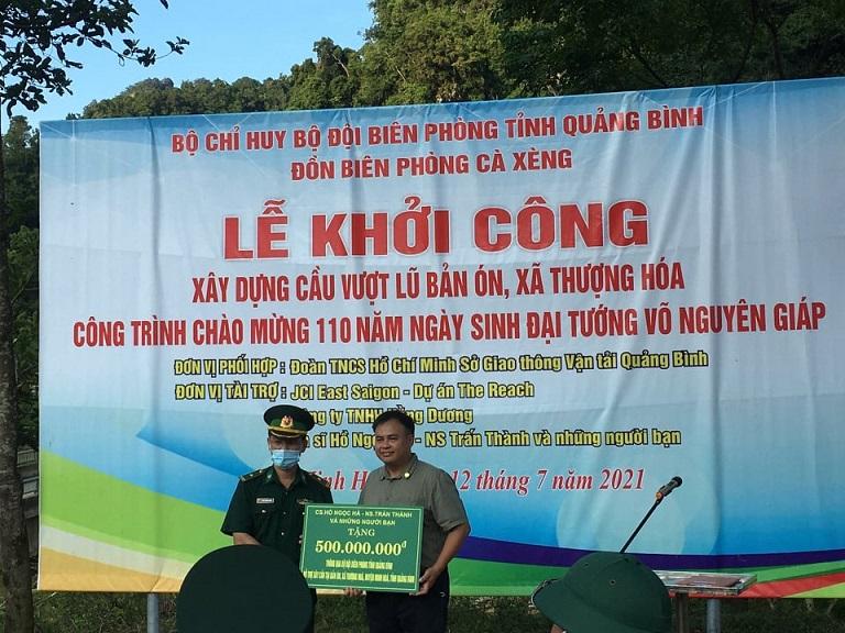 Đại diện nghệ sĩ Hồ Ngọc Hà, Trấn Thành và những người bạn lên trao tiền hỗ trợ.