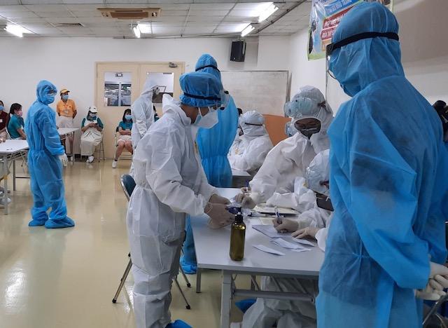 tổ chức lấy mẫu xét nghiệm mở rộng giám sát tại công ty nằm trong Khu chế xuất Tân Thuận.