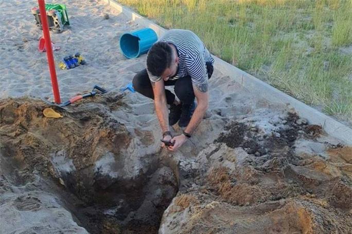 Nghịch cát, bé tiểu học phát hiện mộ cổ 2.000 năm, có thể đầy vàng - Ảnh 1.