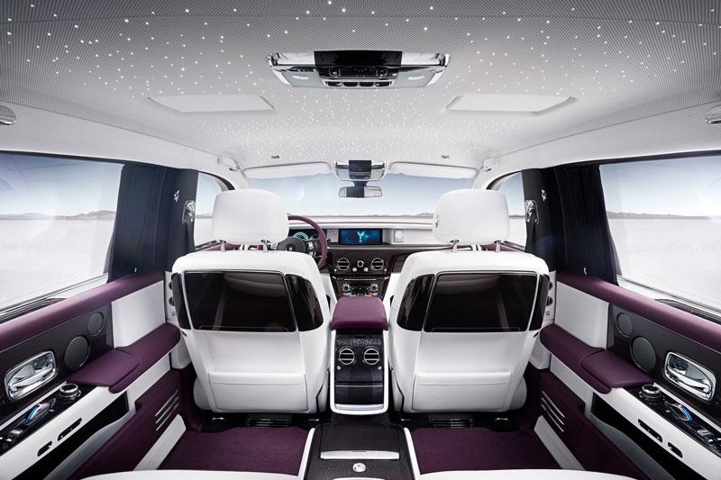 Bầu trời sao trên trần xe Rolls-Royce.