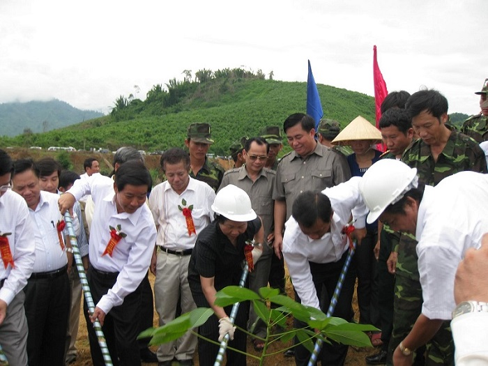 Nguyên Phó Chủ tịch nước Nguyễn Thị Doan trông cây cao su trên quê hương Bác Hồ