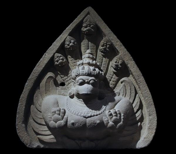 Phù điêu chim thần Garuda và rắn thần Naga thể hiện sự hòa hợp tại di tích Trà Kiệu.