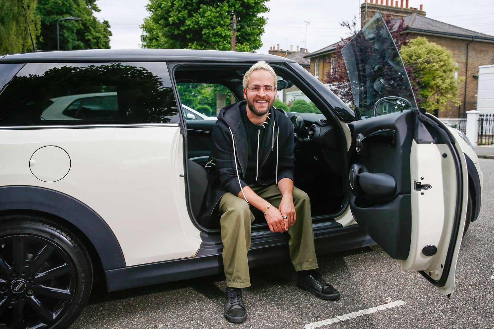 Basdanis chọn một chiếc xe cũ với khoản tiền tiết kiệm. Ảnh: Bloomberg.