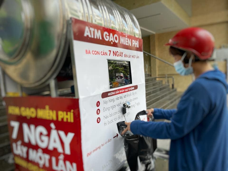 Cây ATM đang phát gạo. Ảnh: FB Lê Hải Bình