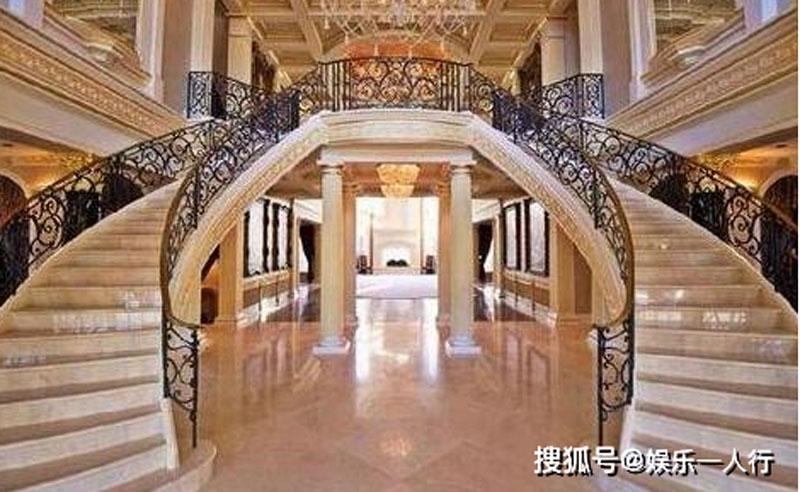 Cầu thang đôi được thiết kế tỉ mỉ và cầu kỳ hệt như cung điện hoàng gia.