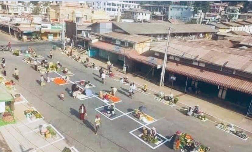 Chợ giãn cách mùa dịch ở Myanmar.
