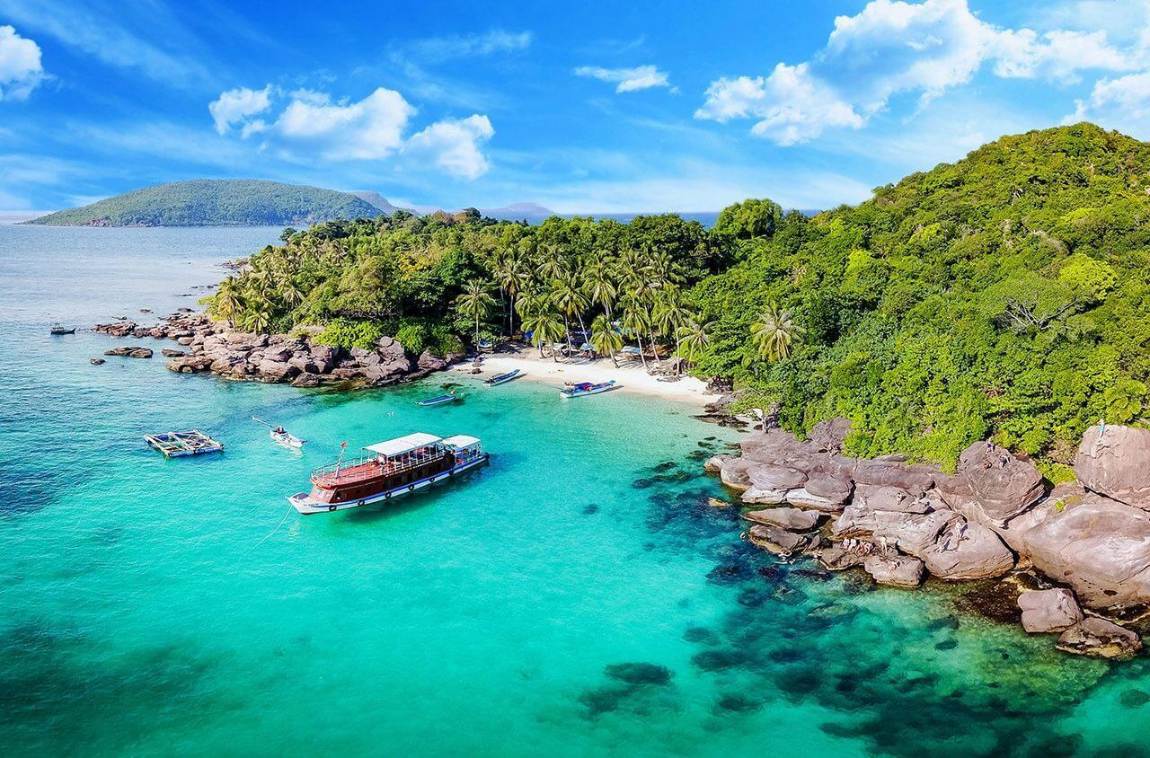 Nằm trên hòn đảo chính Côn Sơn là Vườn quốc gia Côn Đảo, bãi biển nơi đây được đánh giá hoang sơ nhất